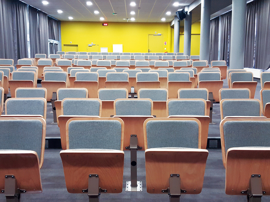 Sièges d'auditoriums repliables